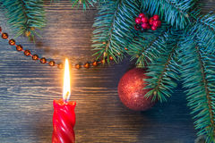 Julgran med den glödande stearinljuset och blåttviktig fotografering för bildbyråer