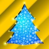 Julgran med den guld- gränsen, snöflingor och Royaltyfri Bild