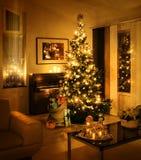 Julgran med den närvarande säcken arkivbilder
