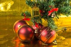 Julgran med den röda bollen, Royaltyfri Fotografi
