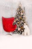 Julgran med den röda fåtöljen och en isbjörn i inre Fotografering för Bildbyråer