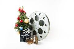 Julgran med den stor biorullen och filmclapperboard royaltyfri fotografi