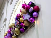 Julgran med färgrika garneringar och gåvor i den dekorativa inre för ferien arkivbilder