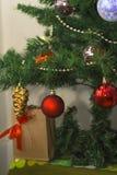 Julgran med färgrika leksaker Arkivbild