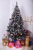 Julgran med gåvaaskar och dekorativa beståndsdelar Arkivbilder