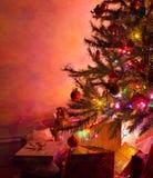 Julgran med gåvor Arkivfoto