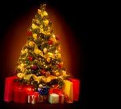 Julgran med gåvor Arkivfoton