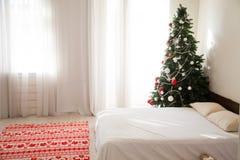 Julgran med gåvor på nytt års helgdagsafton i inre arkivfoto