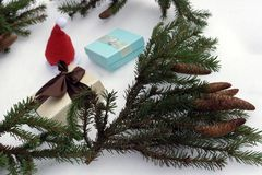 Julgran med gåvor på vit bakgrund arkivbild