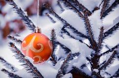 Julgran med garnering under snö Royaltyfria Bilder