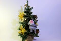 Julgran med garneringar och Santa Claus Arkivbild