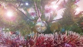 Julgran med garneringen Stäng sig upp med den skinande bollen som hänger på träd arkivbilder