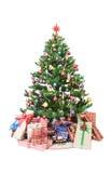 Julgran med isolerade prydnader och gåvor Arkivfoton