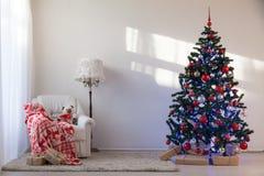Julgran med julgåvor i vita Hall på jul Royaltyfri Foto
