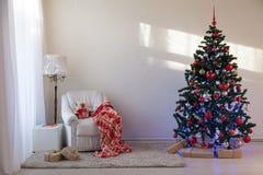 Julgran med julgåvor i vita Hall på jul Royaltyfria Foton