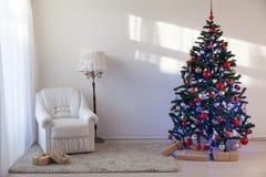 Julgran med julgåvor i vita Hall på jul Arkivfoto