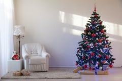 Julgran med julgåvor i vita Hall på jul Royaltyfri Bild