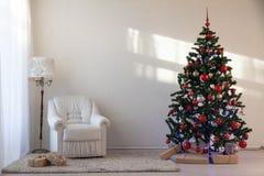 Julgran med julgåvor i vita Hall på jul Fotografering för Bildbyråer
