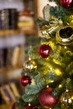 Julgran med julleksaker arkivfoto