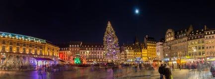 Julgran med julmarknaden i Strasborg Royaltyfri Fotografi
