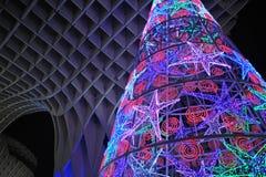 Julgran med kulöra ljus, Seville, Andalusia, Spanien royaltyfria bilder