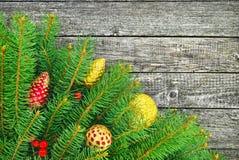 Julgran med leksaker för ett nytt år på wood textur Arkivbild