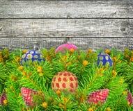 Julgran med leksaker för ett nytt år på wood textur. Arkivfoto
