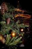 Julgran med leksaker och kottar arkivfoto