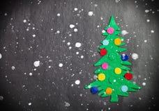 Julgran med leksaker som göras av filt Arkivfoto