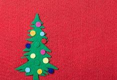 Julgran med leksaker som göras av filt Fotografering för Bildbyråer