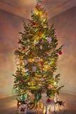 Julgran med lysande girlander arkivbilder
