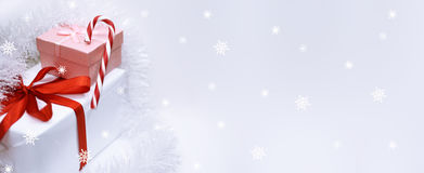Julgran med presents Arkivbild