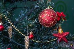 Julgran med röda bollar, röda bollar för julbakgrund med kottar arkivfoton