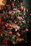 Julgran med röda och gula garneringar Arkivfoto
