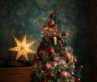 Julgran med röda och gula garneringar Arkivbild