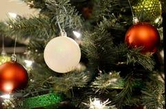 Julgran med röda & vita kulor Royaltyfri Foto