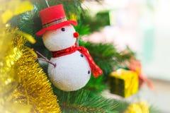 Julgran med snögubbegarnering Royaltyfri Bild