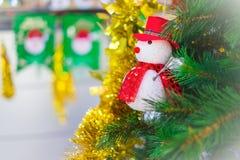 Julgran med snögubbegarnering Arkivbild