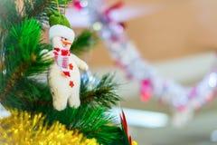 Julgran med snögubbegarnering Arkivbilder