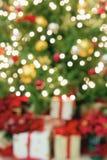 Julgran med suddig bakgrund för gåvor arkivbilder