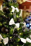 Julgran med svartbollar och pilbågar Royaltyfri Foto