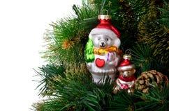 Julgran med tappningleksaker Arkivfoton