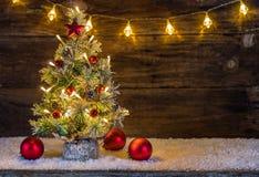 Julgran med träbakgrund Royaltyfri Bild