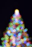 Julgran med ut ur fokuslampor Arkivfoto
