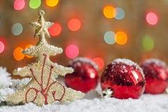 Julgran och baubles på snow Arkivbild