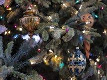 Julgran och eleganta prydnader Fotografering för Bildbyråer