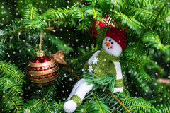 Julgran och en snögubbe i Red Hat och den gröna halsduken arkivbild