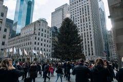 Julgran och ferieljus av Rockefeller Center i midtownen Manhattan royaltyfria bilder