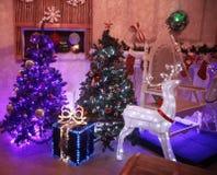 Julgran- och gåvaaskar i den hemtrevliga vardagsrummet royaltyfri fotografi