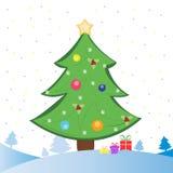 Julgran och gåvor på snowfield royaltyfria foton
